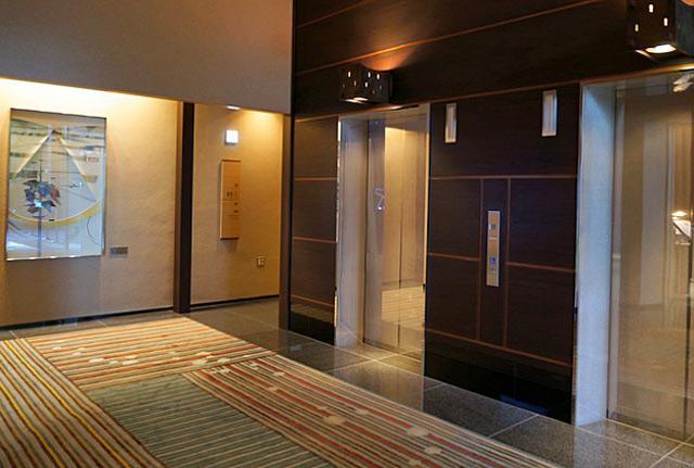 庭のホテル東京_エレベーターホール