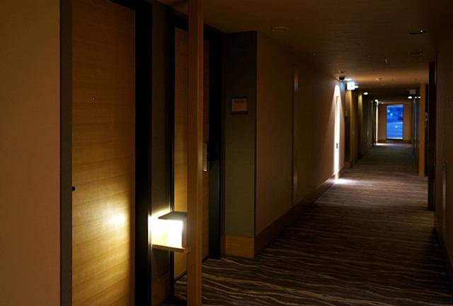 庭のホテル東京_廊下